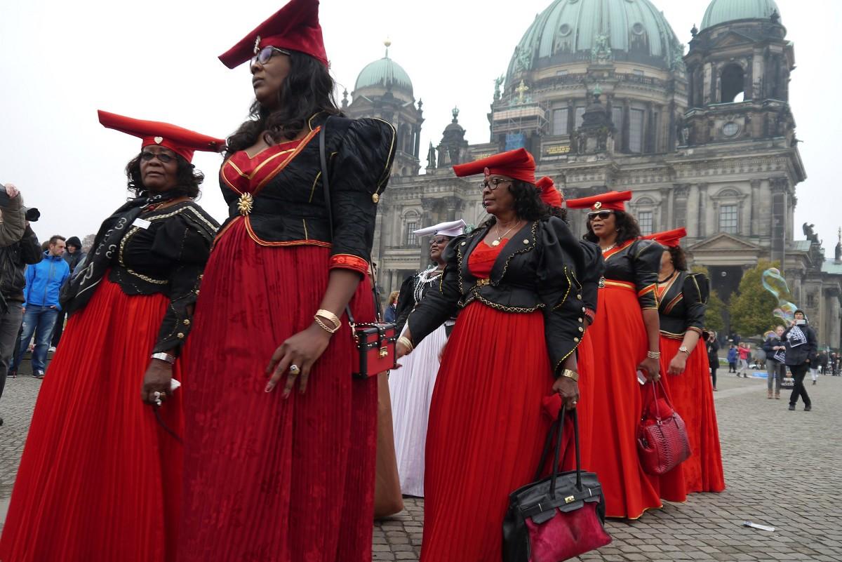 OvaHerero und Nama Aktivistinnen protestierten schon mehrfach in Deutschland für eine Wiedergutmachung. / OvaHerero and Nama activists have protested several times in Germany for reparations. Foto/photo: © Joachim Zeller CC BY-ND 2.0